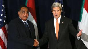 Le secrétaire d'État américain, John Kerry, et son homologue soudanais, Ibrahim Ghandour, le 2 octobre 2015 à New York.