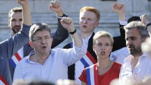"""Devant ses partisans de la France insoumise réunis place de la République à Paris, Jean-Luc Mélenchon a déclaré le discours de Macron d'un """"ennui mortel"""", lundi 3 juillet."""