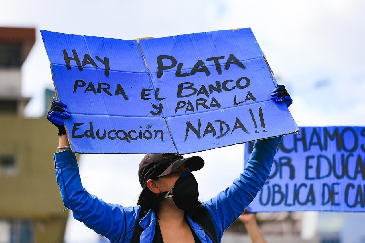 El lunes 11 de mayo estudiantes de la Universidad Central de Ecuador protestaron contra recortes presupuestarios a las universidades.
