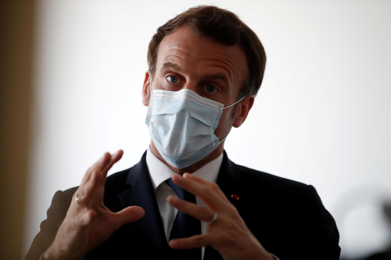Le président Emmanuel Macron lors d'une visite dans un centre médical à Pantin, près de Paris, le 7 avril 2020.