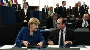 La chancelière allemande Angela Merkel et le président François Hollande, face au Parlement européen le 7 octobre 2015.