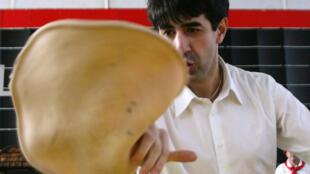 Un pizzaïolo à l'œuvre, le 5 février 2005.