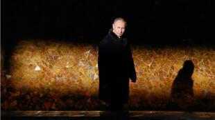 El presidente ruso, Vladímir Putin, camina mientras asiste a una ofrenda floral en la llama eterna del complejo conmemorativo Mamayev Kurgan en la ciudad de Volgogrado durante un evento para conmemorar el 75 aniversario de la batalla de Stalingrado el 2 de febrero de 2018.