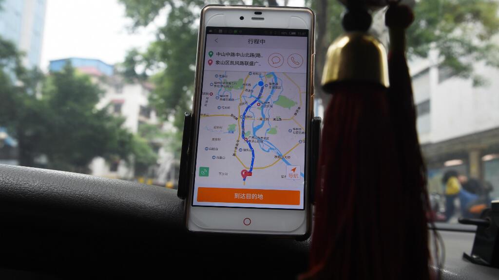 Un chauffeur de taxi utilise l'application de Didi Chuxing dans la ville de Guilin, en Chine.