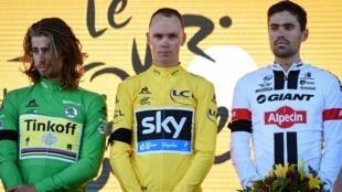 Les coureurs Peter Sagan, Chris Froome, et Tom Dumoulin portent un brassard noir sur le podium, en hommage aux victimes de l'attentat de Nice, le 15 juillet 2016