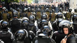 Des membres des forces de l'ordre russes lors de la manifestation de l'opposition le 27 juillet 2019, à Moscou.
