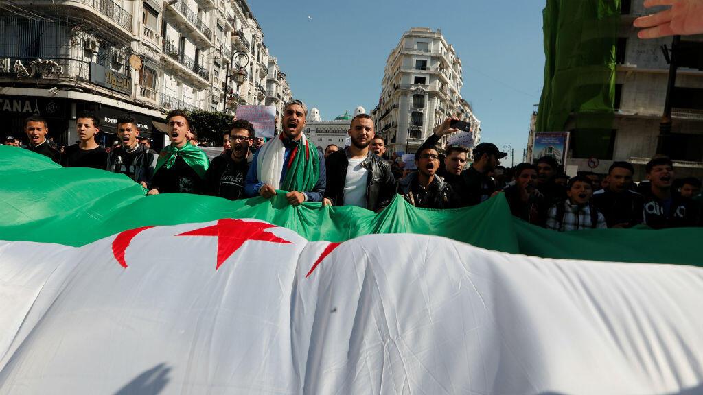 Manifestantes recorren las calles de diferentes ciudades en Argelia. 12 de marzo.