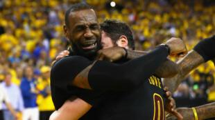 En larmes après la rencontre, dimanche 19 juin 2016 à Oakland, LeBron James enlace son coéquipier Kevin Love.