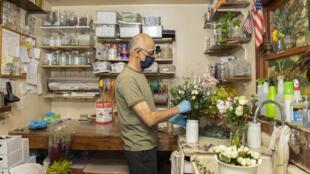 Zohrab Mahdessian trabaja en los pedidos para el día de la madre, el festivo más movido después de San Valentín