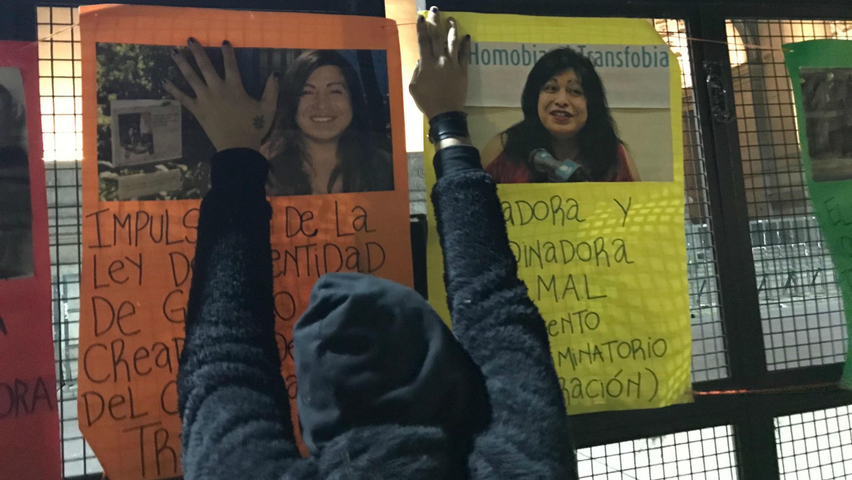 Argentinos homenajean a Amancay Diana Sacayán y otras víctimas de travesticidio frente al Palacio de Tribunales de Buenos Aires, Argentina, el 18 de junio de 2018.