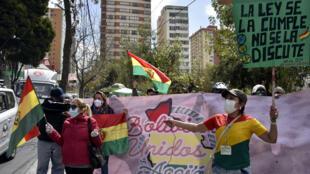 Activistas reclaman frente a la sede del TSE la anulación de la candidatura del candidato del MAS, Luis Arce