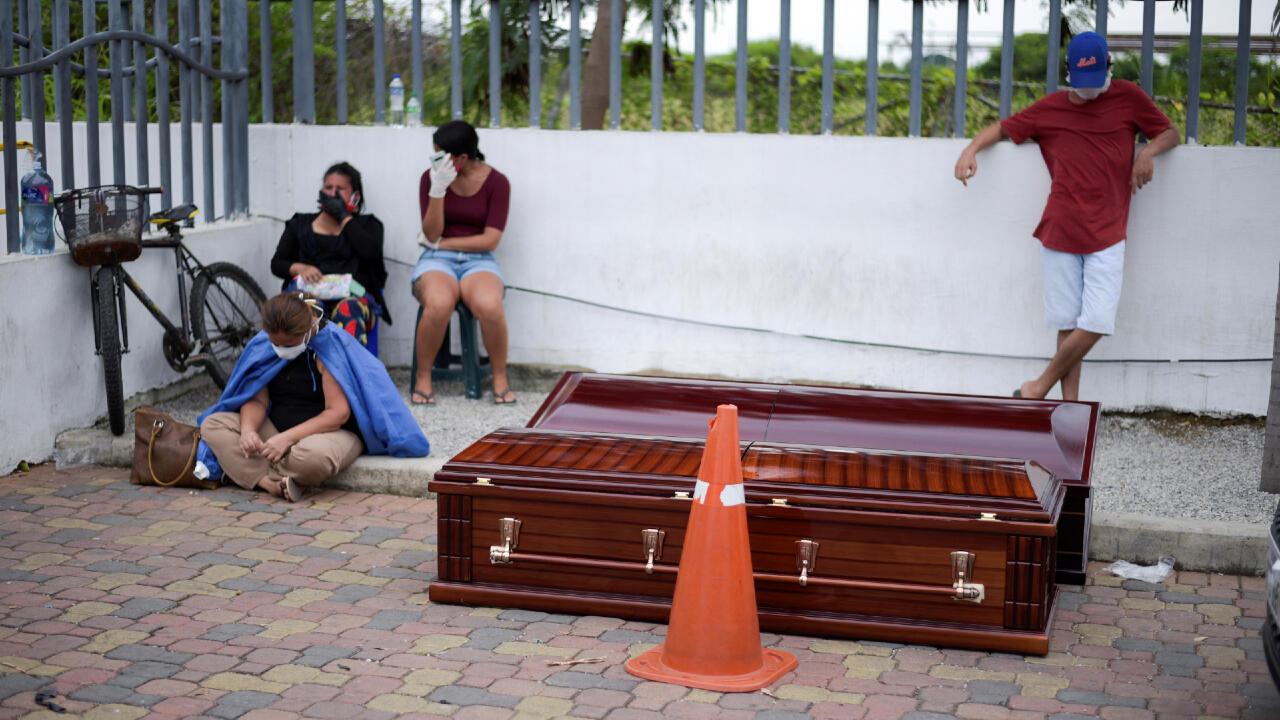 Archivo: Esta familia hace guardia a sus familiares muertos, el 1 de abril de 2020, frente al Hospital Guasmo Sur General en Guayaquil, Ecuador, sin poderlos sepultar. Muchos fallecidos son por Covid-19.