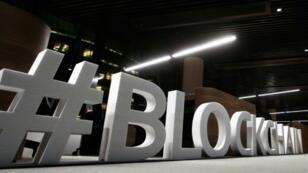 """Le mot """"blockchain"""" s'affichent en lettres capitales dans un blockhain centre à Vilnius, en Lituanie, le 7 février 2018"""