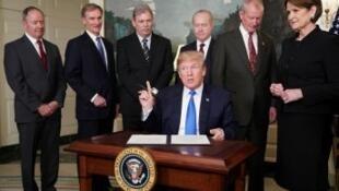 """Donald Trump, le 22 mars, lors de la signature d'""""un memorandum ciblant l'agression économique de la Chine""""."""