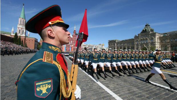 Militares marchan durante el desfile del Día de la Victoria, para homenajear el 73 aniversario del Día de la Victoria.