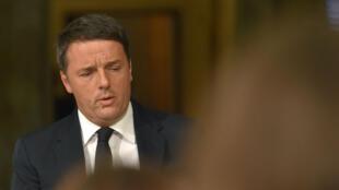 Matteo Renzi, 41 ans, est la deuxième victime d'un référendum en Europe après la démission cet été de David Cameron, l'ex-Premier ministre britannnique,