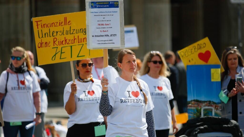 Trabajadores de las agencias de viajes y de la industria del turismo participan en una manifestación en la que piden ayuda económica al gobierno alemán. En Berlín, Alemania. El 13 de mayo de 2020.