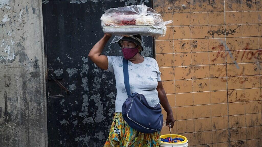 Una mujer vende dulces de coco el pasado 14 de julio 2020, en el sector Catia, en Caracas (Venezuela). Para las personas que son demasiado mayores para poder producir, se ha vuelto algo casi imposible ganar ingresos suficientes para comer.
