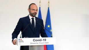 El primer ministro francés Édouard Philippe brinda una conferencia de prensa sobre los avances en la lucha contra el Covid-19 en París, el 19 de abril de 2020.