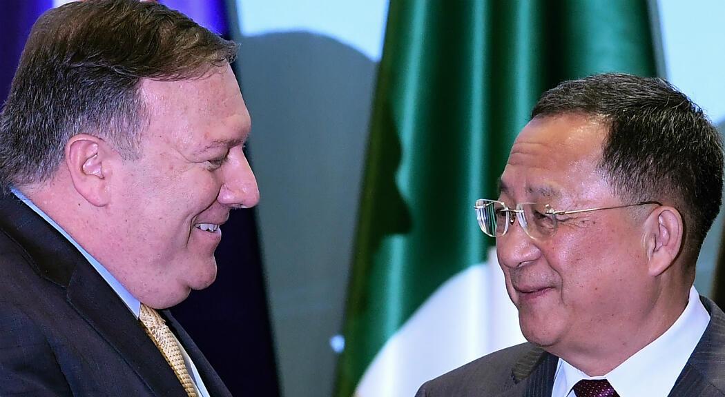 El Secretario de Estado de EE. UU., Mike Pompeo, y el canciller norcoreano Ri Yong Ho, conversan durante el Foro Regional ASEAN, en agosto de 2018.