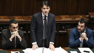 Le président du Conseil italien, Giuseppe Conte, entouré de ses deux vices-Premiers ministres Luigi di Maio et Matteo Salvini.
