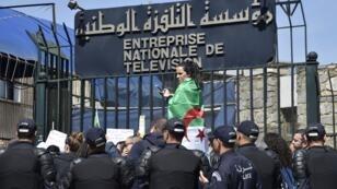 صحافيون جزائريون يتظاهرون أمام مبنى التلفزيون 25 مارس/آذار 2018