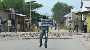 Manifestant dans les rues de Bujumbura, le 26 mai 2015.
