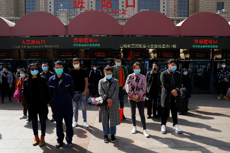 حداد في الصين على أرواح الضحايا الذي قضوا جراء إصابتهم بفيروس كورونا المستجد. بكين 4 أبريل/نيسان 2020.