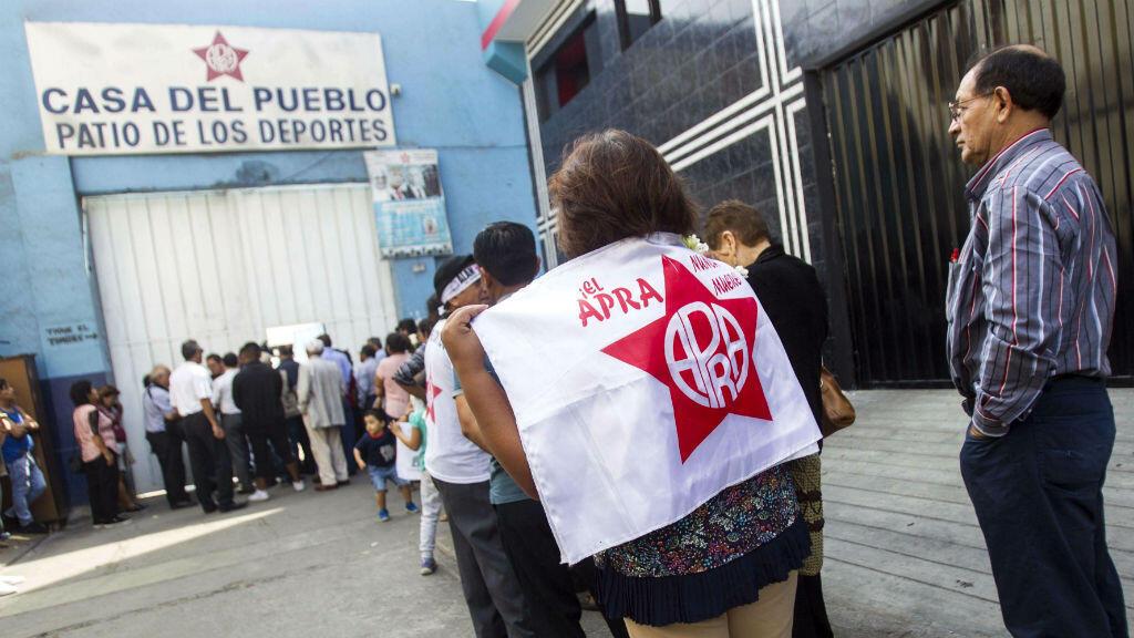 Con banderas del Partido Aprista Peruano, miles de seguidores del fallecido expresidente Alan García hicieron fila ante la Casa del Pueblo, en el centro de Lima, para asistir a su velorio el 18 de abril de 2019.