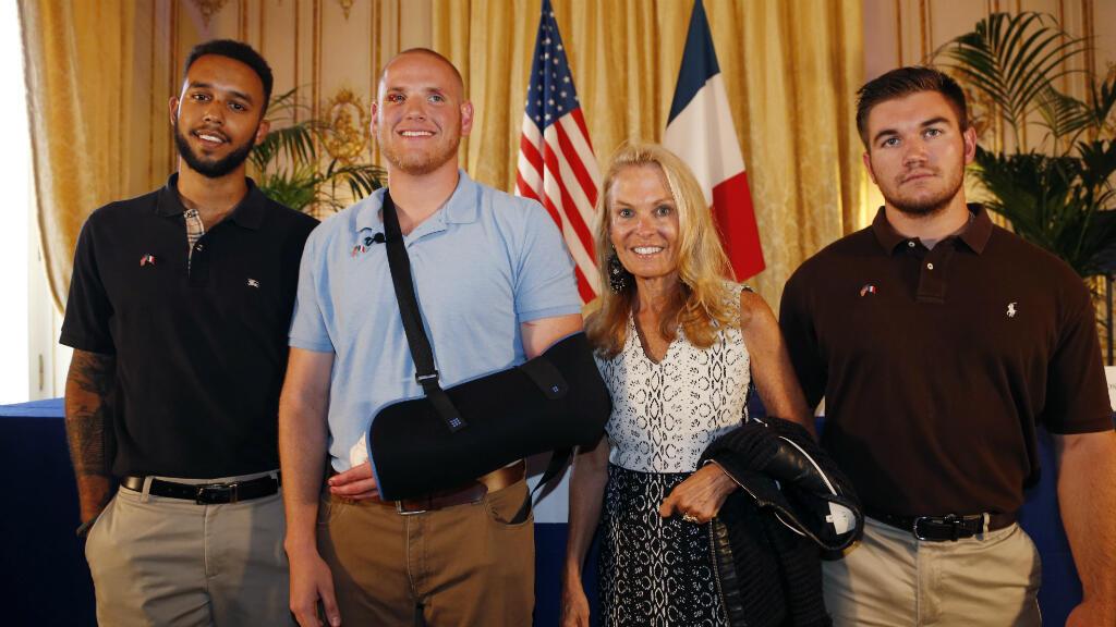Spencer Stone, Alek Skarlatos et Anthony Sadler posent avec l'ambassadrice américaine à Paris, Jane Hartley, à la suite de la conférence de presse donnée le 23 août 2015.