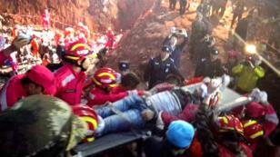 Tian Zeming, 19 ans, extrait le 23 décembre 2015 de l'amas de boue, à Shenzen.