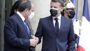 الرئيس الفرنسي إيمانويل ماكرون (يمين) وبجانبه نظيره المصري عبد الفتاح السيسي عند مدخل قصر الإيليزيه في باريس في 17 أيار/مايو 2021