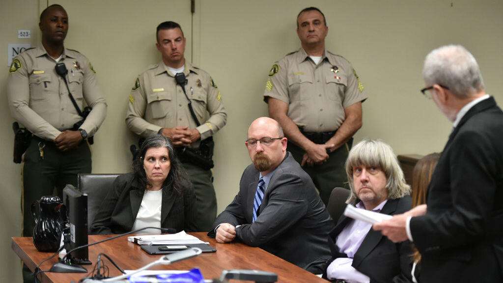 David Turpin y Louise Turpin, la pareja que mantuvo secuestrados a sus 13 hijos en condiciones inhumanas, se declararon inocentes ante los cargos presentados por un juez en Riverside, California, EE. UU.