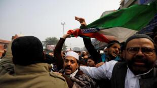 Des opposants indiens manifestants dans la rue contre une loi controversée sur la citoyenneté, à New Delhi, le 20 décembre 2019.