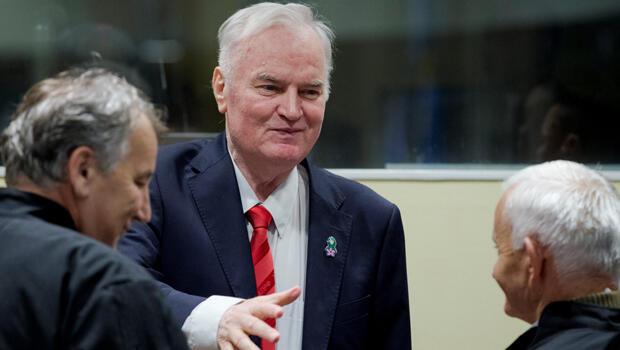 El exmilitar serbobosnio Ratko Mladic ingresa a la corte en La Haya previo a la lectura de su sentencia, el 22 de noviembre de 2017.