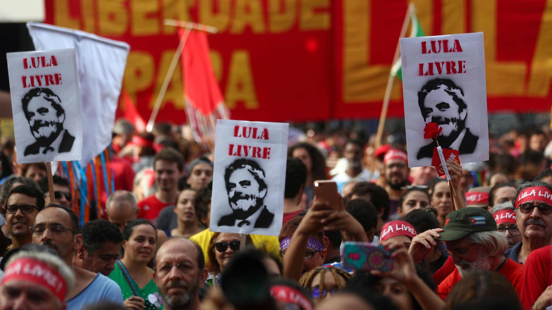 Los seguidores de Luiz Inácio Lula da Silva se manifiestan para exigir la libertad del expresidente en el primer aniversario de su encarcelamiento, en São Paulo, Brasil, el 7 de abril de 2019.