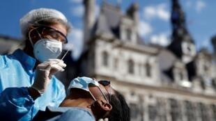 شخص يخضع لفحص الإصابة بفيروس كورونا في العاصمة الفرنسية باريس، 2 سبتمبر/أيلول 2020.