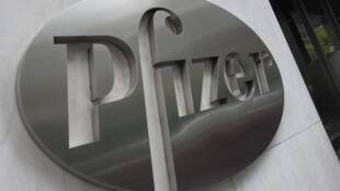 شعار شركة فايزر في مقرها الرئيسي في نيويورك في 27 نيسان/أبريل 2020