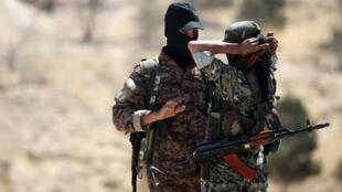 Des membres des FSD, mêlant arabes et kurdes, à l'entrée de la ville de Tabqa en Syrie, le 12 mai 2017.