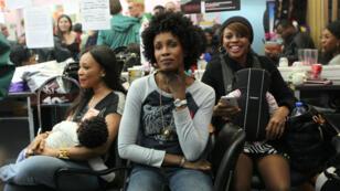 """Le 6 novembre, les coiffeuses du salon """"New York Fashion"""", à Paris, apprennent qu'elles ne sont pas expulsées."""