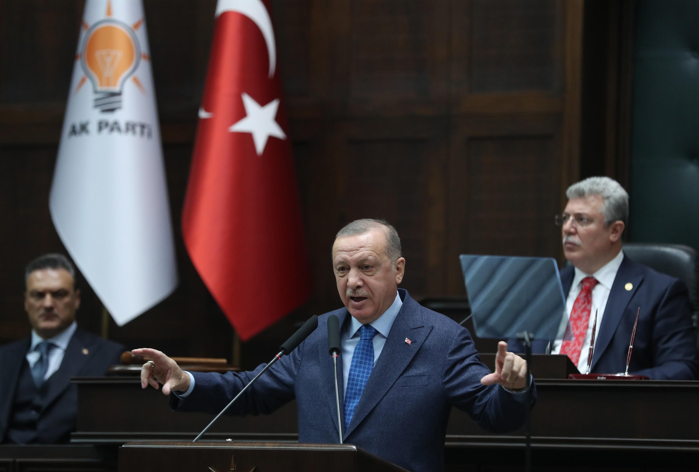 رئيس تركيا وزعيم حزب العدالة والتنمية رجب طيب أردوغان (وسط) يتحدث أثناء حضوره اجتماع مجموعة حزبه في الجمعية الوطنية الكبرى لتركيا في أنقرة، تركيا، 11 مارس 2020