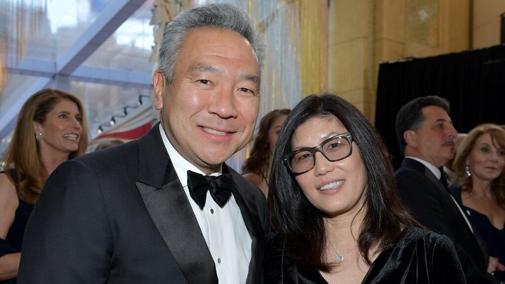 El ahora expresidente de Warner Bros. Entertainment, Kevin Tsujihara y Sandy Tsujihara, su esposa, asisten a la 91ª edición de los Premios de la Academia en Hollywood y Highland el 24 de febrero de 2019 en Hollywood, California.