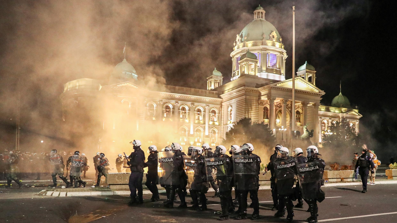 Los oficiales de las fuerzas de seguridad usan escudos para cubrirse durante una protesta contra un bloqueo planeado para la capital este fin de semana para detener la propagación del coronavirus en Belgrado, Serbia, el 7 de julio de 2020. Fotografía tomada el 7 de julio de 2020.