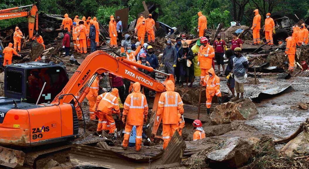 Socorristas trabajan en el área donde se estrelló y avión de la aerolínea Air India Express. En el Aeropuerto Internacional de Kozhikode, en Karipur, Kerala, el 8 de agosto de 2020.