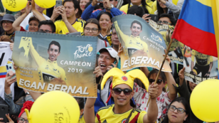 Aficionados al ciclismo celebraron en Zipaquirá, Colombia, el triunfo de Egan Bernal, que lo consagró como el primer latinoamericano en proclamarse campeón del Tour de Francia. 28 de julio de 2019.