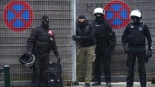 عناصر شرطة بلجيكية خلال عملية مداهمة بحي مولنبيك في بروكسل 18 آذار/مارس 2016