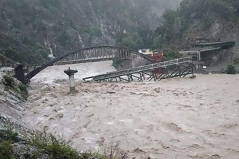 جسر قيد الانشاء ينهار فوق نهر على الطريق السريع بين بيتوراغاره وشامباوات في شمال الهند في 19 تشرين الاول/اكتوبر 2021.