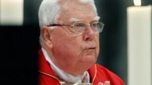 الكاردينال برنارد لو خلال قداس في كنيسة القديس بطرس في 11 نيسان/أبريل 2005