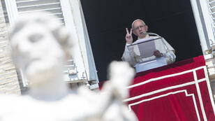 El papa Francisco durante el rezo del Angelus en la plaza de San Pedro en el Vaticano.