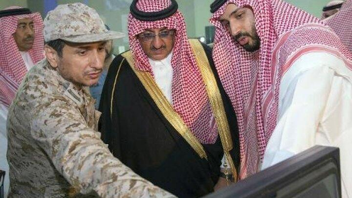 الأمير محمد بن سلمان في يمين الصورة
